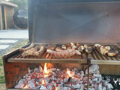 BBQ met knapperend vuurtje en een lekker stukje vlees in Chalet Faro Durbuy